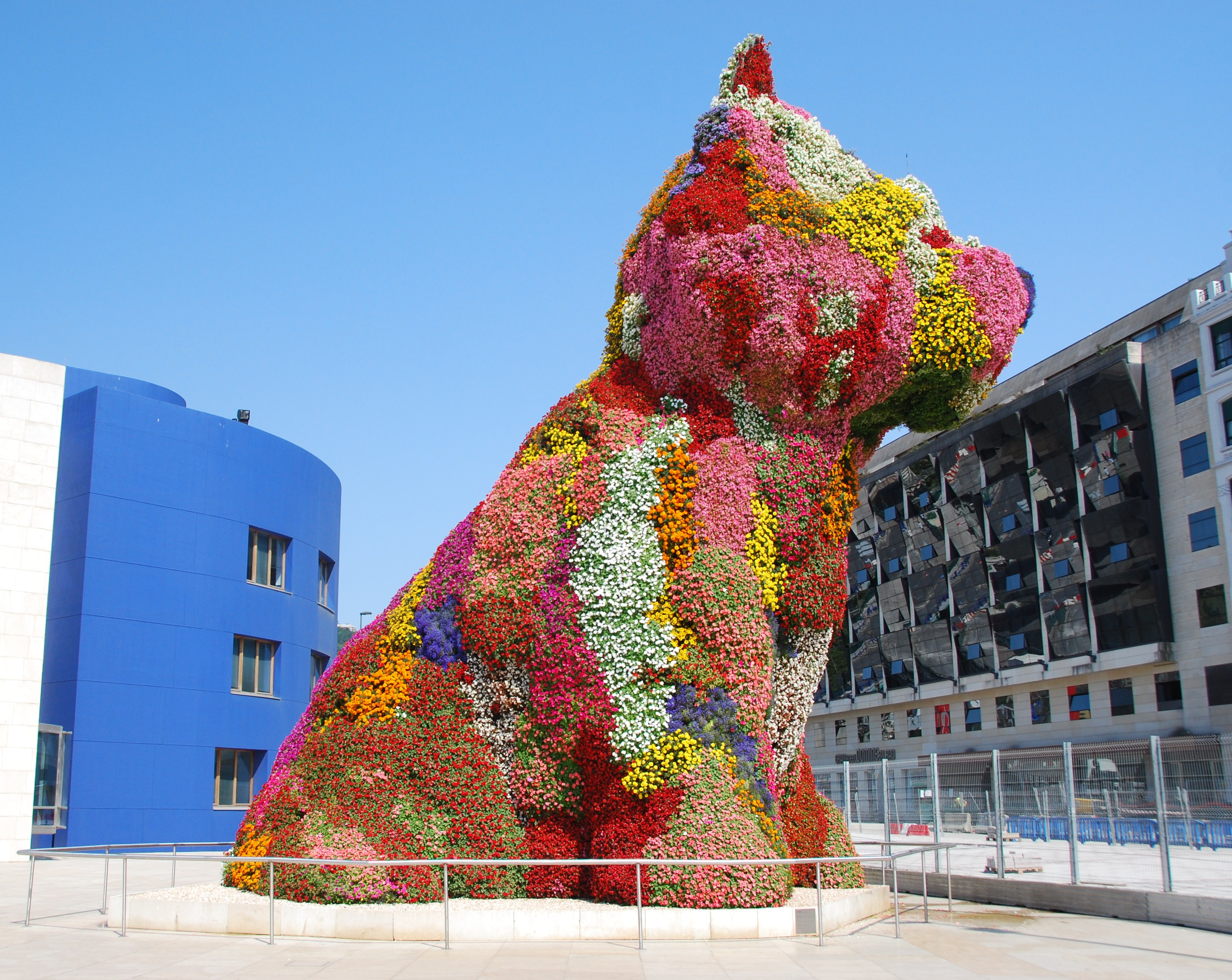 comparision jeff koons puppy Jeff koons was born in york, pennsylvania in 1955 he studied at the maryland institute college of art in baltimore and the school of the art institute of chicago he received a bfa from the maryland institute college of art in 1976.